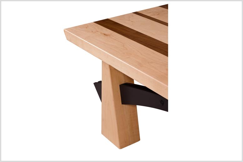 עשוי מעץ מייפל קשה, אגוז אמריקאי וברזל צבוע בתנור. עובי משטח עליון 4 סמ, מידות 166x70x39 סמ